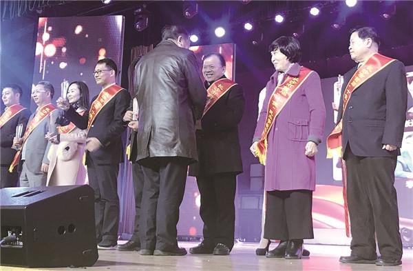 湖南省教育厅原厅长、湖南省民办教育协会会长张放平颁奖.jpg